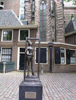 Belle_Sex_worker_statue_Oudekerksplein_Amsterdam